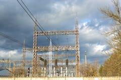 Riga ad alta tensione nel cielo Fotografia Stock