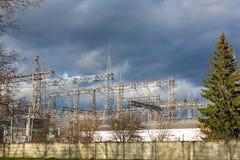 Riga ad alta tensione nel cielo Fotografie Stock
