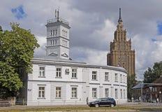Riga, akademi av den vetenskapsStalin skyskrapan och brandstation Arkivbilder