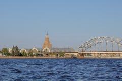 riga Ansicht des zentralen Marktes, der Universität und der Eisenbahnbrücke vom Daugavafluß lizenzfreie stockbilder