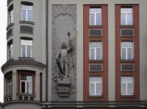 Riga Art Nouveau byggnad, Baznicas 31, dekorbeståndsdelar - ärkeängel Arkivbild
