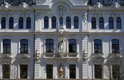 Riga, Ausekla 4, em uma construção histórica com elementos do ecletismo e do Art Nouveau fotos de stock