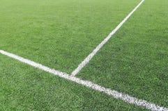 Riga bianca su un'erba del campo di calcio Immagine Stock