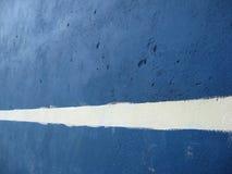 Riga bianca su un muro di cemento Fotografia Stock