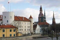 Riga, château présidentiel, et la vieille ville image stock