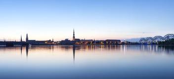 Riga citylinepanorama i otta Arkivbild