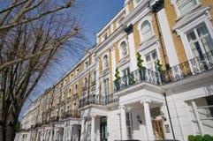 Riga degli appartamenti nel bayswater, Londra immagini stock libere da diritti