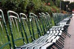 Riga dei benchs verdi Fotografie Stock Libere da Diritti