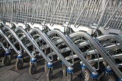 Riga dei carrelli di acquisto Immagini Stock Libere da Diritti