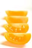 Riga dei quarti gialli del pomodoro Immagine Stock