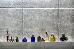 Riga delle bottiglie di profumo sveglie Fotografia Stock Libera da Diritti