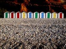 Riga delle capanne variopinte della spiaggia fotografia stock libera da diritti