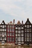 Riga delle case del canale a Amsterdam immagini stock libere da diritti