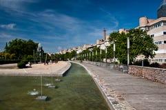 Riga delle case e di una fontana. Immagine Stock