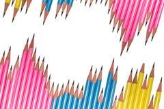 Riga delle matite isolate su priorità bassa bianca Immagine Stock