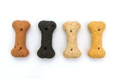 Riga di biscotti di cane sopra bianco Immagini Stock