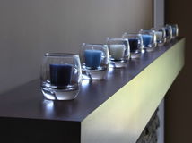 Riga di candele in vetro, tonalità blu Fotografie Stock Libere da Diritti