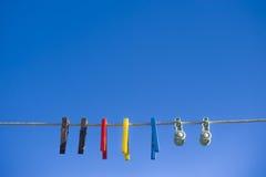 Riga di lavaggio contro cielo blu luminoso Fotografia Stock