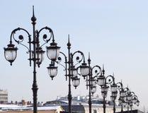 Riga di molte retro lanterne antiquate della città Fotografie Stock Libere da Diritti