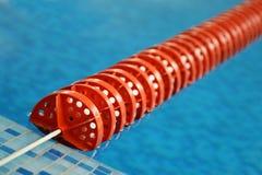 Riga di plastica rossa nella piscina Immagini Stock Libere da Diritti