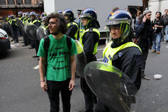 Riga di polizia ad un tumulto a Londra Immagine Stock