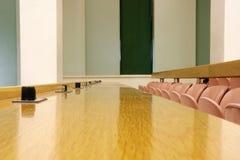 Fila di sedili dell'auditorium immagini stock