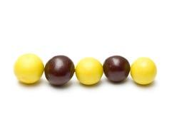 Riga di sfere e di masticazione del cioccolato Immagine Stock