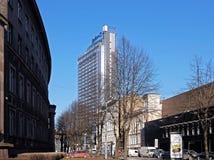 Riga, edificio moderno en el centro histórico Foto de archivo libre de regalías