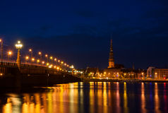 Riga en la noche fotografía de archivo libre de regalías