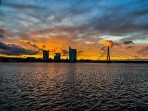 Riga en la puesta del sol de la opinión de los pájaros torres imágenes de archivo libres de regalías