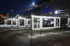 Riga, exposición de la foto en el cuadrado de la estación Foto de archivo