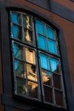 Riga gamla stadsreflexioner i fönster Arkivfoto