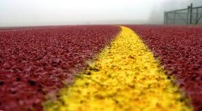 Riga gialla curva su colore rosso Immagine Stock Libera da Diritti