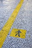 Riga gialla della camminata verniciata pavimento Fotografia Stock
