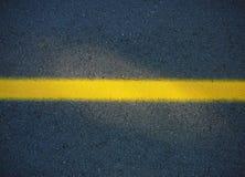 Riga gialla sulla strada Fotografie Stock Libere da Diritti