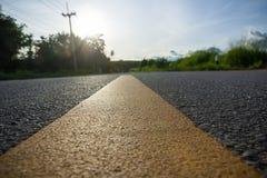 Riga gialla sulla strada asfaltata fotografia stock libera da diritti