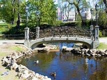 riga Hangsloten op de brug van alle minnaars Stock Foto's