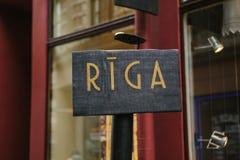 Riga-Hauptstadt von Lettland und von Platte oder Zeichen mit Riga-Aufschrift stockbild
