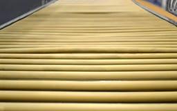 Riga industriale gialla del rullo, particolari di produzione, Immagini Stock