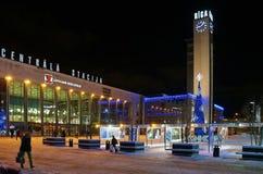 Riga järnvägsstationfyrkant på helgdagsaftonen av det nya året Arkivfoto