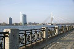 Riga. Kade van de rivier Dvina en een soort op de brug. Stock Afbeeldingen