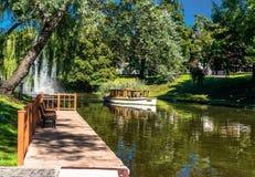 Riga-Kanal in der Sommerzeit lizenzfreie stockbilder