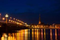 Riga la nuit Photographie stock libre de droits
