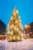 Riga, Latvia Árbol de navidad de Navidad en la ciudad Hall Square At Evening Imágenes de archivo libres de regalías