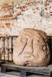 Riga, Latvia A cabeça da pedra de Salaspils é estátua de pedra do ídolo eslavo antigo no museu Foto de Stock