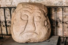 Riga, Latvia A cabeça da pedra de Salaspils é estátua de pedra do ídolo eslavo antigo no museu Imagens de Stock Royalty Free