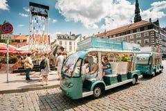Riga, Latvia Coche eléctrico con la gente de los turistas para las atracciones de exploración del ` s de la ciudad Foto de archivo