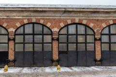 riga latvia Construção velha do depósito do fogo com fileira da porta do metal imagem de stock royalty free