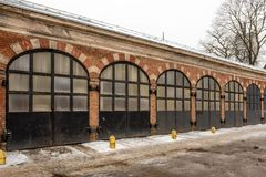 riga latvia Construção velha do depósito do fogo com fileira da porta do metal fotos de stock