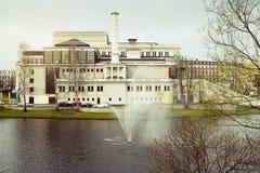Riga, Latvia Costruzione nazionale lettone di opera, vista dal canale della città Fotografia Stock
